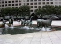 Tượng ngựa điêu khắc chạy trên hồ phun nước nghệ thuật