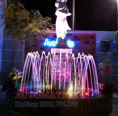 Đài phun nước sân vườn với hệ thống đèn led âm nước rực rỡ vào ban đêm