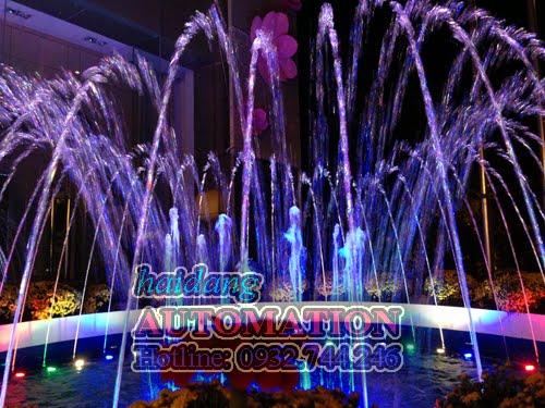 Đài phun nước với đèn LED âm nước nhìn vào ban đêm
