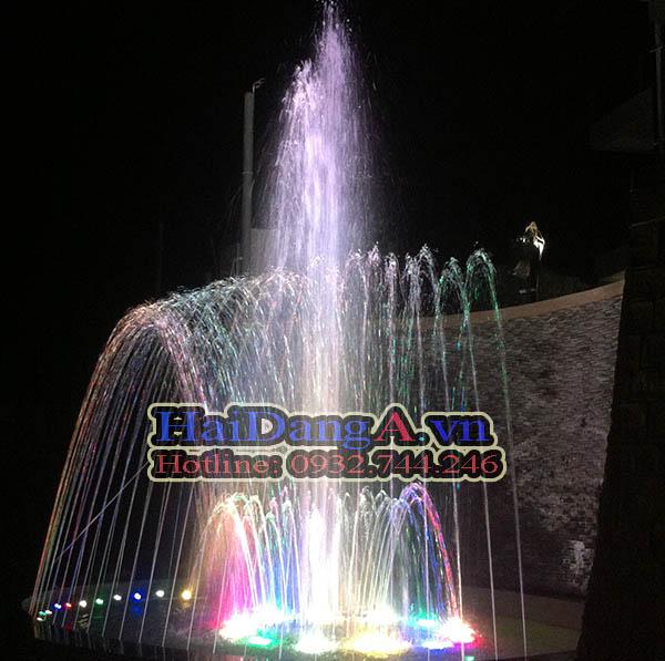 Hệ thống đài phun nước nghệ thuật, nhạc nước đang phun cao
