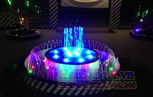 Đài phun nước với đầu phun tia nước phun chụm và đầu phun cột nước phun thẳng đứng