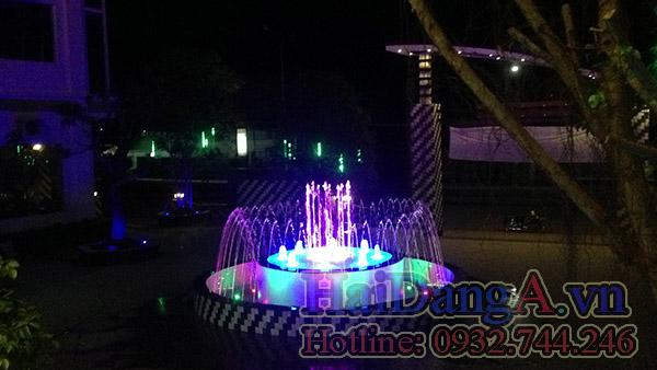 Đèn LED âm nước chiếu sáng rực rỡ các tia nước vào ban đêm