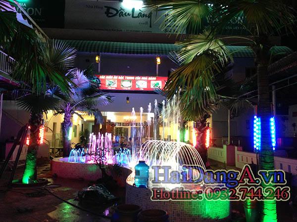 Đài phun nước nghệ thuật được lắp đặt nhiều đèn LED âm nước đổi màu tự động