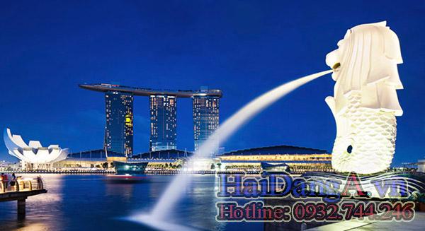 Đầu sư tử phun nước xuống biển tại Singapore
