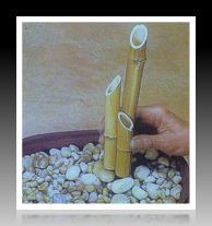 Đặt đá, sỏi vào phía dưới bình gốm sao cho chiếc đài phun được che đậy một cách khéo léo