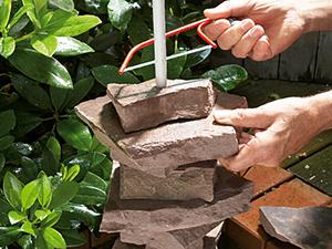 Cưa đoạn ống nhựa cho phù hợp với độ cao của các phiến đá