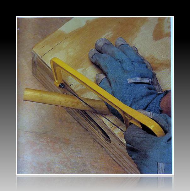 Cưa những đoạn ống tre chuẩn bị làm đài phun nước