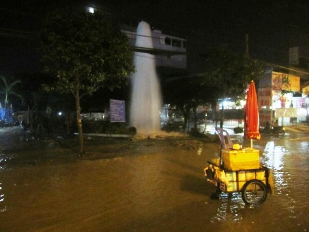 Cột nước to khổng lồ trên đường trường chinh