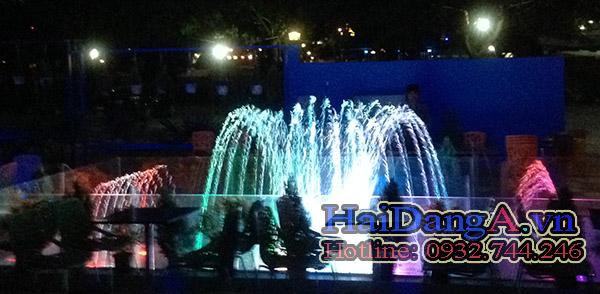 Đèn LED âm nước vẫn chiếu sáng rực rỡ, hệ thống phun vẫn nhịp nhàng sinh động như ban đầu