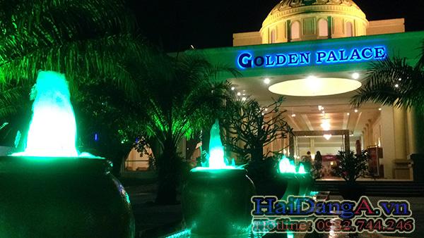 Cận cảnh các chậu phun nước nghệ thuật với vòi phun trung tâm và đèn âm nước màu xanh dương