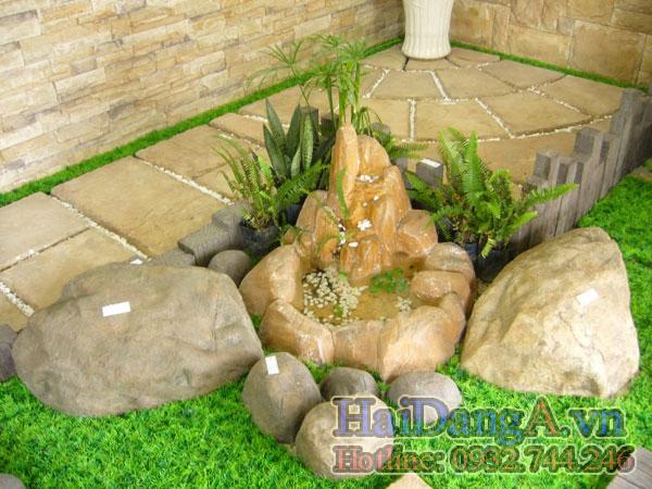 Chậu đá phun nước góc tiểu cảnh trong sân nhà