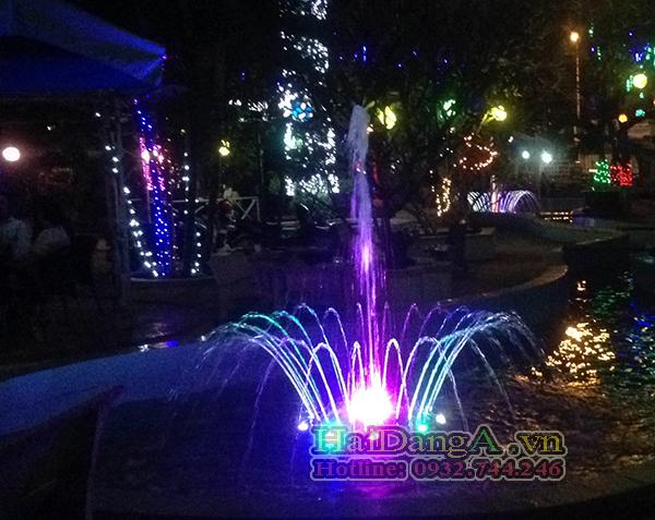 Đèn LED âm nước đổi màu sang màu tím đẹp mắt