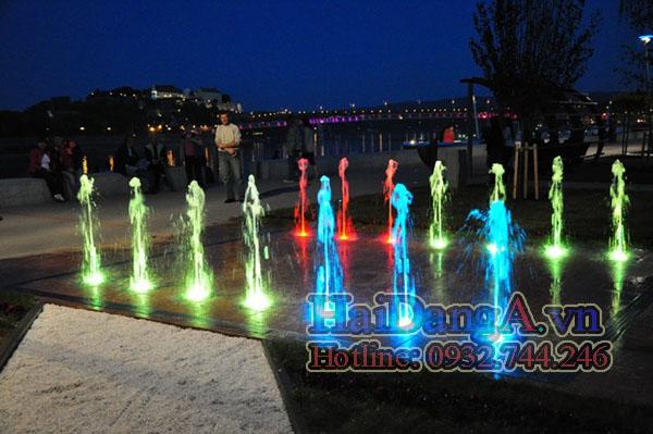 Các đèn đổi màu khác nhau vừa đỏ xanh dương và vàng