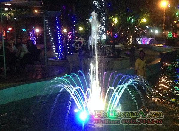 Cận cảnh đài phun nước mini vườn nhà Công Tử Bạc Liêu