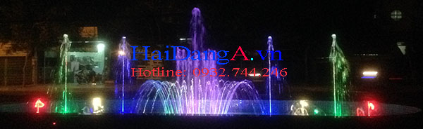 Hệ thống phun nước rực rỡ vào ban đêm với hệ thống đèn LED âm nước nhiều màu đẹp mắt