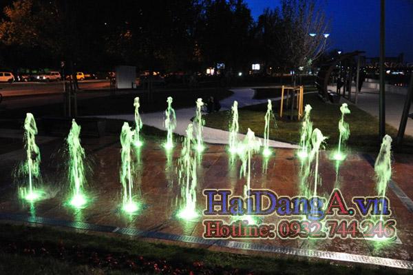 Sân phun nước với hệ thống đèn LED đang chiếu màu sáng trắng