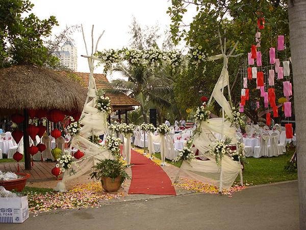 Tổ chức tiệc cưới ngoài sân vườn tại khu du lịch Văn Thánh