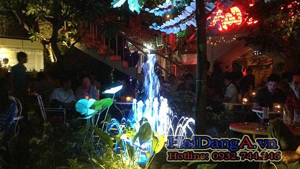 Thực khách thường chọn ngồi gần đài phun nước để nhìn ngắm những tia nước lung linh
