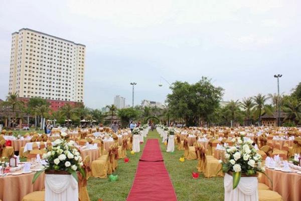 Tiệc cưới ngoài trời trên bải cỏ của khu du lịch Văn Thánh