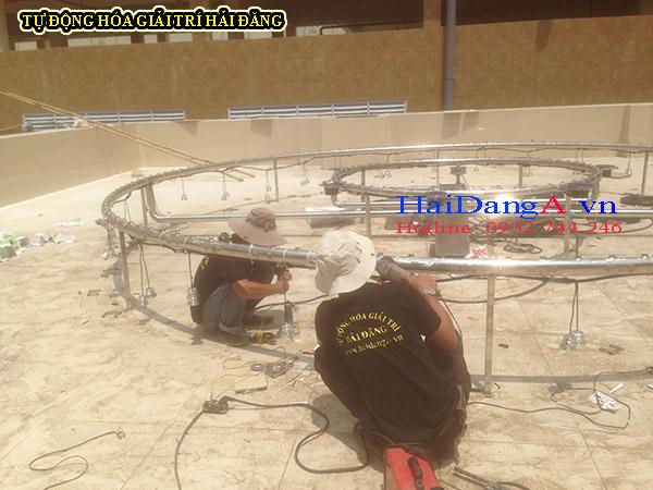 Công nhân kỹ thuật đang thi công lắp đặt hệ thống phun nước