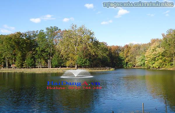 Cụm đài phun nước xòe trên hồ tự nhiên
