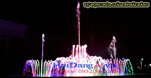 Đài phun nước với tháp nước ba tầng trung tâm và 03 cụm phun hình hoa loa kèn