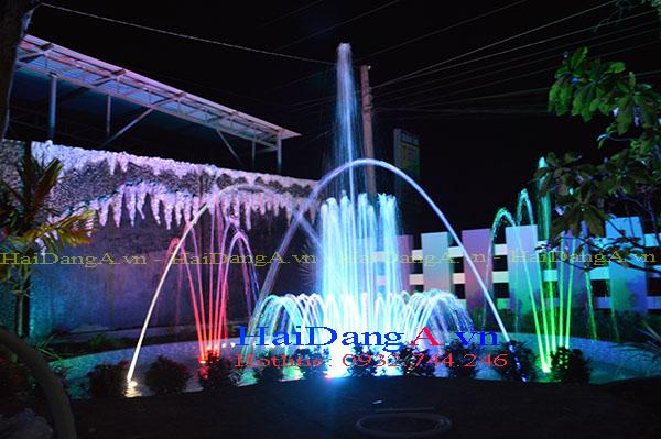 Đèn âm nước chiếu sáng đài phun nước rực rỡ vào ban đêm