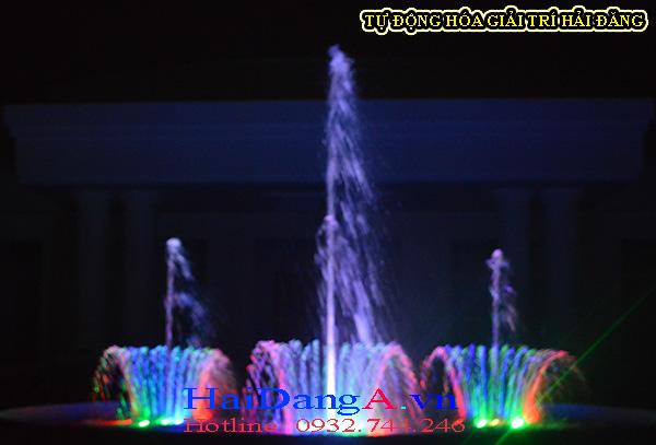 Các cụm phun hình hoa loa kèn và cụm phun trung tâm của đài phun nước