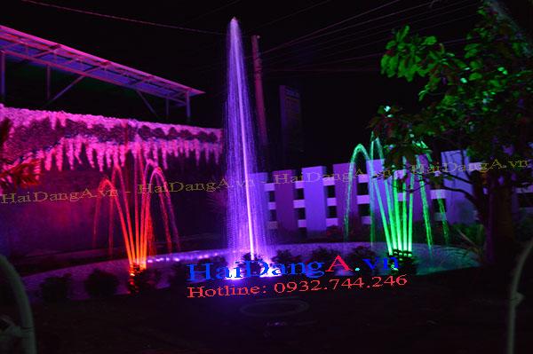 Cột nước trung tâm và hai bộ phun hình chuối kiểng