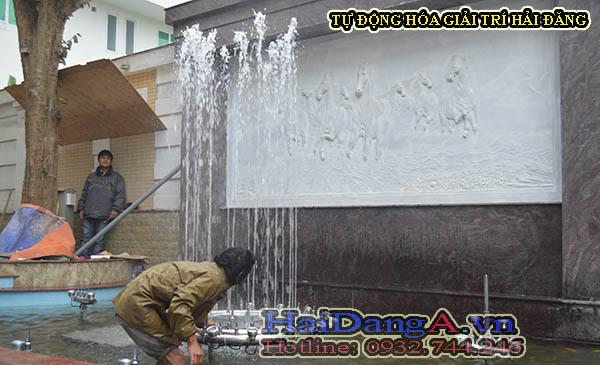 Công nhân kỹ thuật lắp đặt hệ thống đài phun nước phun theo nhạc - nhạc nước