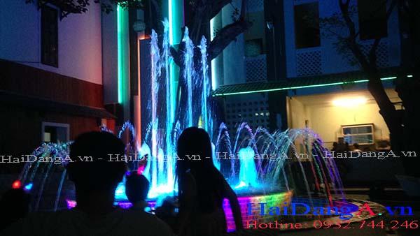 Đài phun nước với đèn LED âm nước rực rỡ vào ban đêm