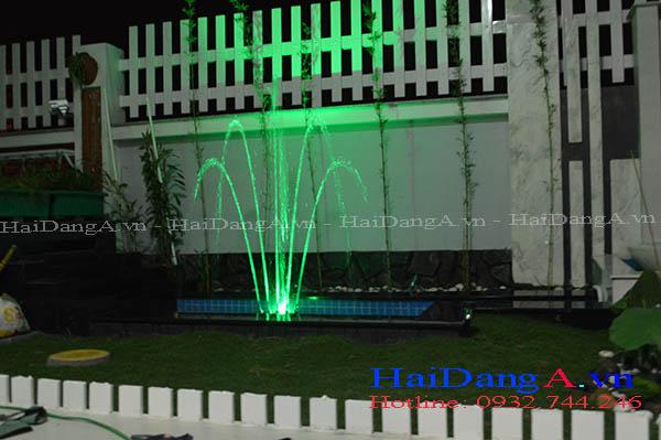 Đầu phun nước hình cây chuối kiểng và đèn LED âm nước chiếu sáng màu xanh lá