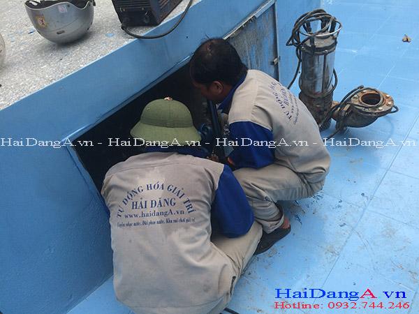 Nhân viên công ty Hải Đăng lắp đặt thiết bị phun nước âm sàn xuống hầm