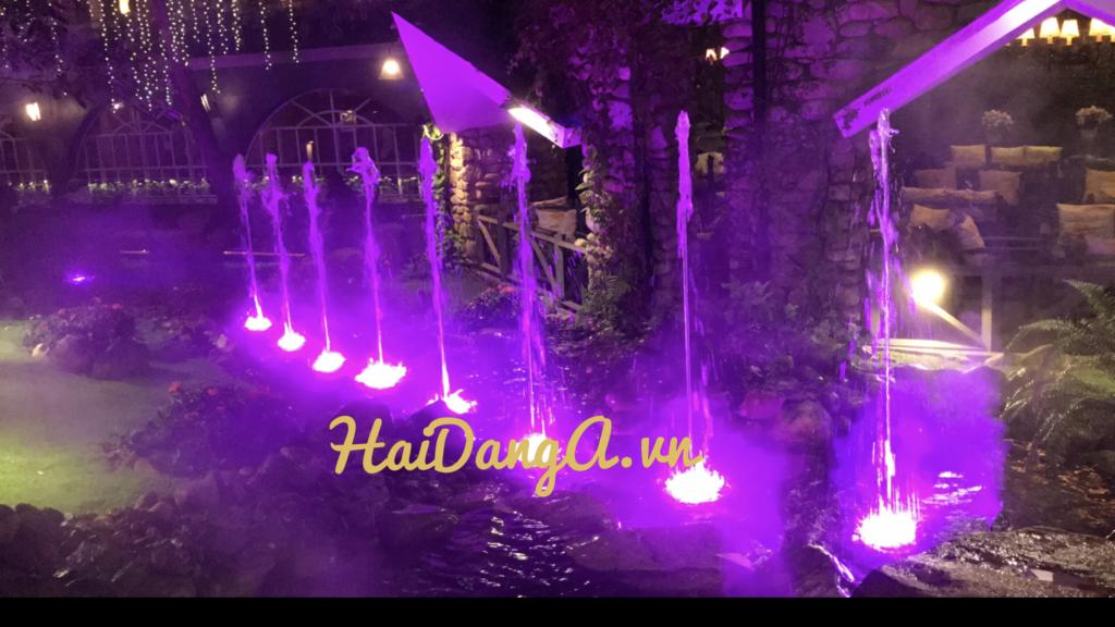 Các vòi phun cột nước thẳng đứng với đèn LED âm nước rực rỡ