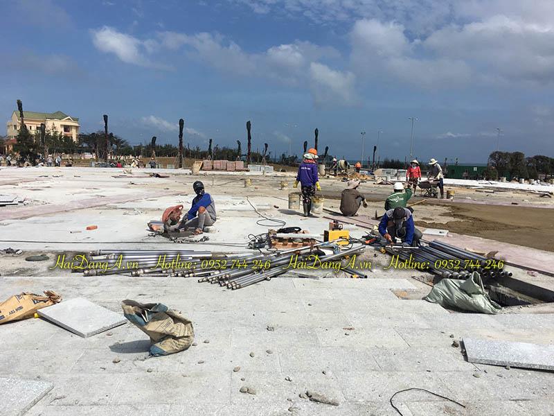 Công nhân của Hải Đăng đang gia công ống inox cho hệ thống nhạc nước tại Phú Yên