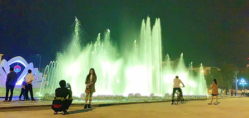 Người dân tập trung xem nhạc nước âm sàn quảng trường tỉnh Hà Tĩnh
