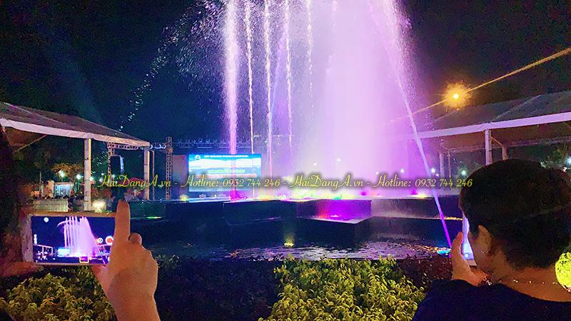 Người dân thưởng thức hệ thống nhạc nước vô cùng thích thú và dùng điện thoại ghi lại điều tuyệt vời này