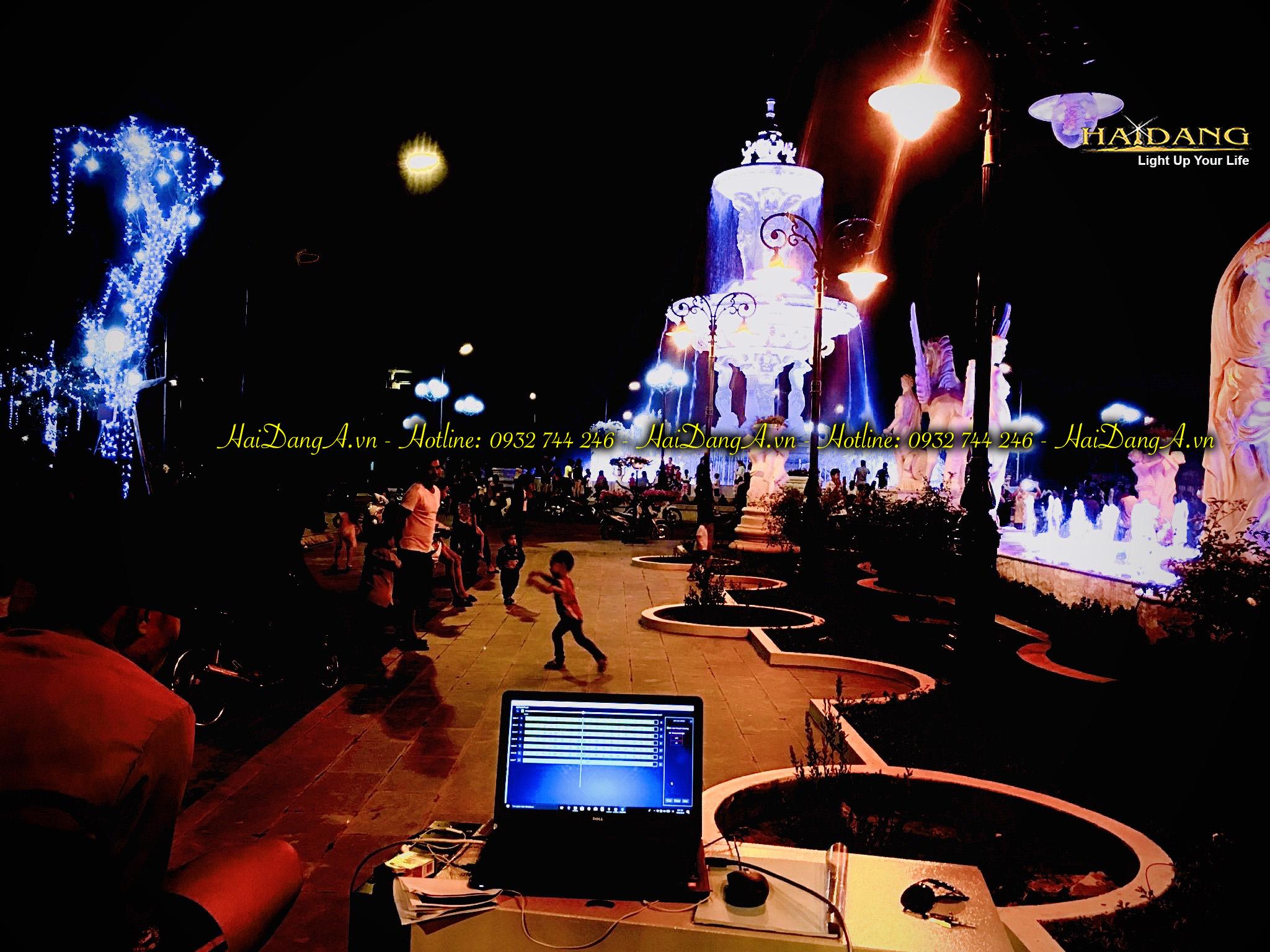 Nhân viên công ty Hải Đăng đang lập trình điều khiển vận hành hệ thống nhạc nước tại KĐT Ninh Hiệp