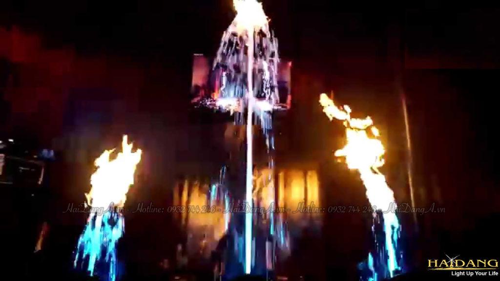 Các ngọn lửa cháy rực trên tia nước nhiều màu