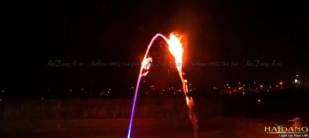 Lửa cháy trên vòi nước đặt nghiêng hình cầu vồng