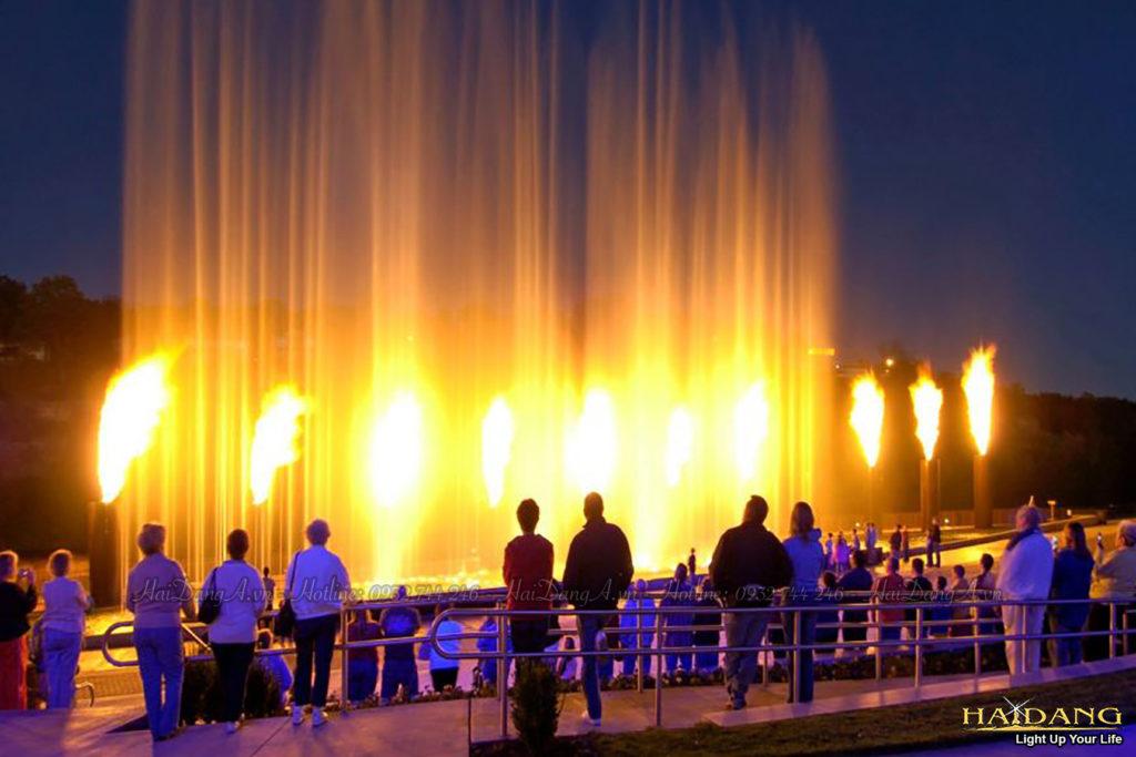 Phun các cột lửa lớn cùng các cột nước cao
