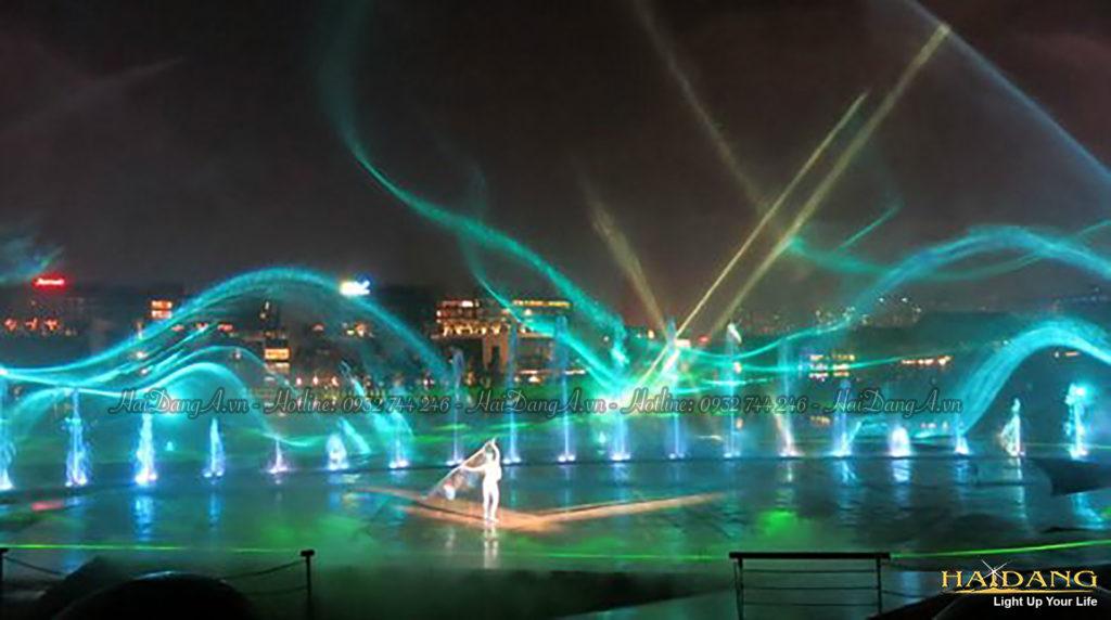 Trình chiếu laser show 3D chiếu vào các vòi nước và các hạt bụi nước rơi cho không gian huyền ảo