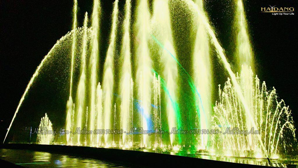 Đài phun nhạc nước Mikazuki với cụm phun tạo hình đuôi công  kết hợp laser và đèn LED chiếu sáng