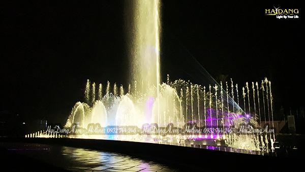 Cột nước tạo điểm nhấn trung tâm đài phun nhạc nước Mikazuki Spa & Hotel Resort