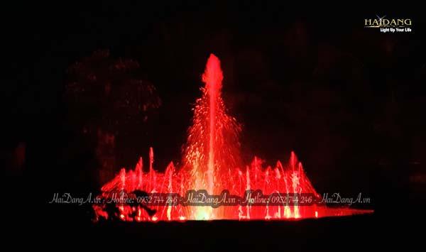 Đài phun nhạc nước đỏ rực giữa sân vườn biệt thự Hồng Trung