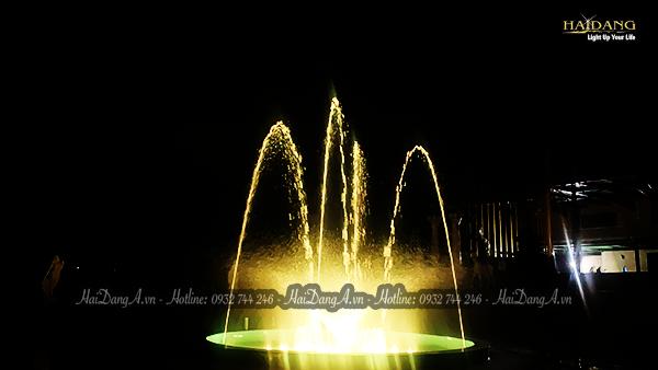 Đài phun nhạc nước rực rỡ trong đêm tối