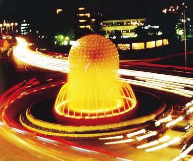 Đài phun quả cầu nước Water Sphere được lắp đặt giữa giao lộ