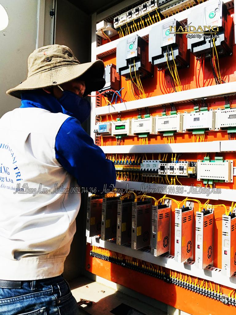 Nhân viên Hải Đăng đang lắp đặt tủ điều khiển cho đài phun nhạc nước tại Tea Resort