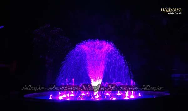 Phun tạo hình bông hoa lớn ở trung tâm hồ nước biệt thự Hồng Trung