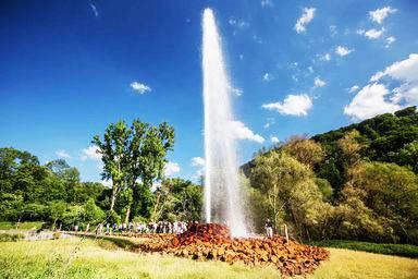 Cột nước sủi bọt cao và thanh mảnh của đầu phun Geyser